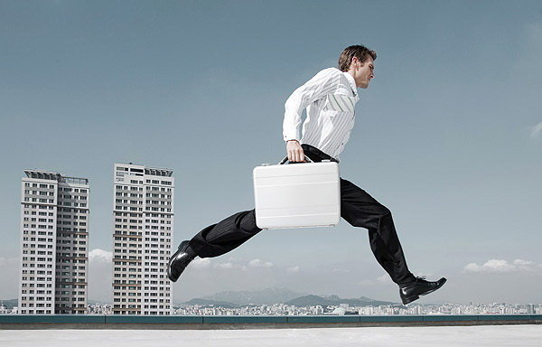 social media marketing (image: man with suitcase running )