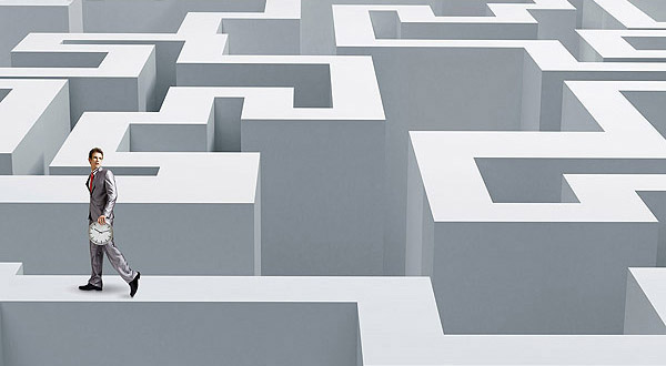 outbound marketing, seo (graphic: man walking on top of maze)